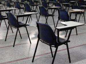 Lehre Stuhlreihe in einem Prüfungssaal